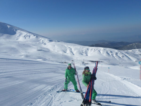 Οι προπονητές μας προετοιμάζουν την ασφαλή διαδρομή στο Χιονοδρομικό Κέντρο Παρνασσού για ένα όχι τόσο συνηθισμένο μάθημα σκι