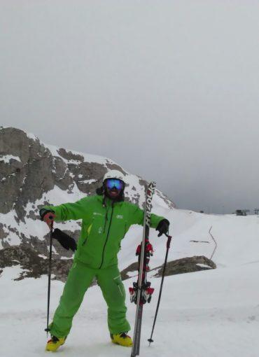 Ο προπονητής σκι Νίκος Κεφάλας ποζάρει στον φακό μετά από μία συναρπαστική κατάβαση στο βουνό