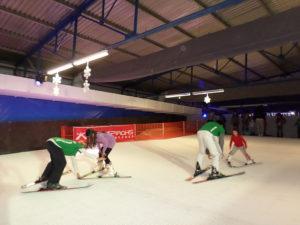 Οι προπονητές του Snowport μαθαίνουν στους μικρούς μας φίλους σκι στην πόλη