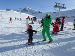 Ο προπονητής Αλέξανδρος Παπαϊωάννου μαθαίνει σκι με ασφάλει σε ένα παιδάκι 4 ετών