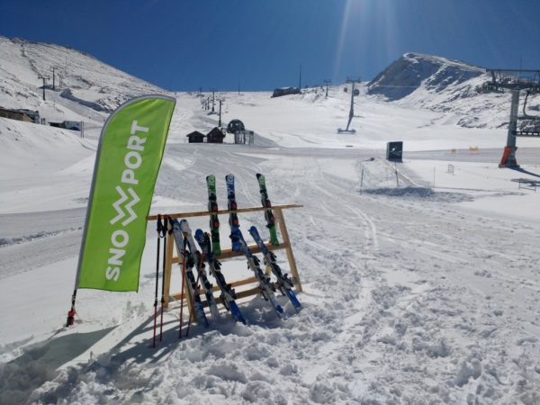 Stand με πέδιλα σκι σε μία χιονισμένη ατμόσφαιρα