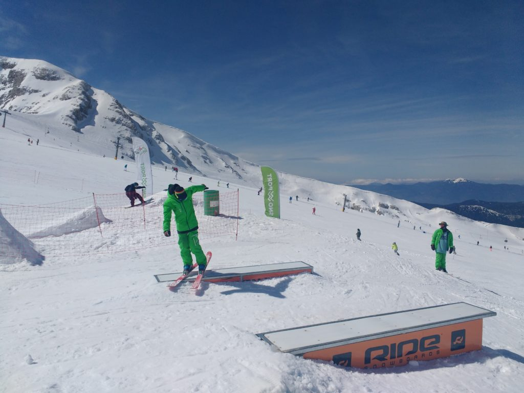 Επίδειξη αλμάτων σκι από τον καθηγητή του Snowport στο Χιονοδρομικό Κέντρο Παρνασσού