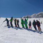Όλοι οι σκιερ μαζί σε μία ομαδική φωτογραφία μετά από ένα μάθημα freestyle ski